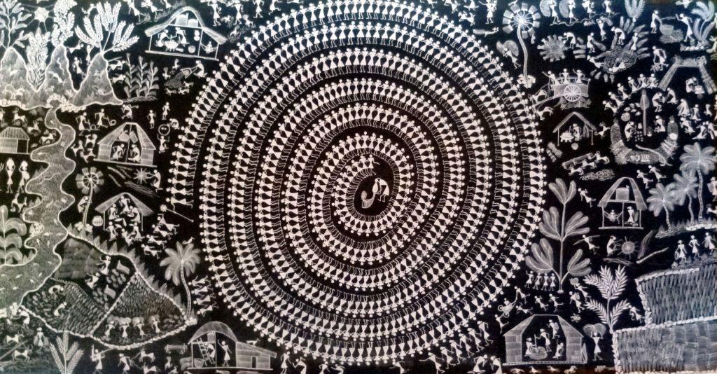 On la danse habituellement après les moissons (Paddy), du mois d'Août à Novembre. Dans cette danse, les femmes et les hommes dansent ensemble, se tenant les uns les autres par la taille en formant un cercle. C'est une danse de joie autour du lieu de la danse, toutes les autres activités tribales quotidiennes continuent telles que : cuisiner, laver, nettoyer...